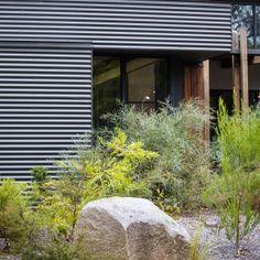 Photograph portfolio of native gardens and landscapes designed and built by Australian Landscape designer Sam Cox. Small Backyard Landscaping, Landscaping With Rocks, Modern Landscaping, Landscaping Ideas, Australian Garden Design, Australian Native Garden, Back Gardens, Outdoor Gardens, Dry Garden