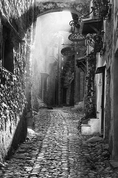 the alley   by Gerard 74, via 500px