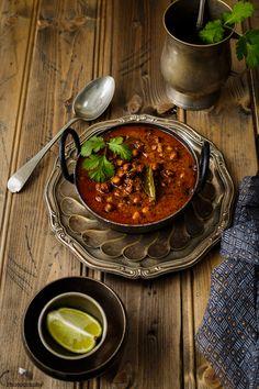 Rasadar Kala Chana nu Saak Pin it to save it for later! Rasadar Kala Chana Nu Saak is a classic curry recipe of Gujrat, which is. Gujarati Cuisine, Gujarati Recipes, Indian Food Recipes, Gujarati Food, Indian Foods, Ethnic Recipes, Curry Recipes, Vegetarian Recipes