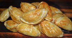RESEP: 4 X bruismeel 15 ml sout 375 ml yskoue margarien 125 ml yswater 2 Ekstra groot eiers Heelvrug appelkooskonfyt Bietjie koemeel 1 eiergeel 25 ml melk METODE: Sif meel en sout saam Rasper… Easy Cookie Recipes, Baking Recipes, Cake Recipes, Oven Chicken Recipes, Dutch Oven Recipes, Napoleon Pastry, African Dessert, Salted Caramel Fudge, Salted Caramels