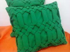 Jaqueline Alves: Almofadas em Capitonê Fabric Manipulation Fashion, Fashion Vocabulary, Dress Neck Designs, Sewing For Beginners, Merino Wool Blanket, Smocking, Origami, Cushions, Throw Pillows