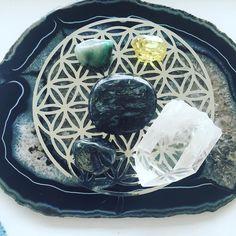 Manifesting miracles  #gutsygirlart #crystals #crystalpower #crystalgrid #manifestation #reiki #floweroflife #sacredaltars #sacredspace #sacredgeometry #rockhound #healingcrystals #emerald #apatite #magnetite #arfvedsonite #manifesting #luckybee #agate