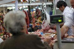 ¡EN SOCIALISMO! Un venezolano necesita casi medio sueldo para comprarse un kilo de carne - http://www.notiexpresscolor.com/2016/12/27/en-socialismo-un-venezolano-necesita-casi-medio-sueldo-para-comprarse-un-kilo-de-carne/