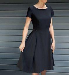 Une petite robe noire à manches courtes proposée par Brigitte . Le patron est disponible de la taille 34 à 44. Le tutoriel (en allemand, faire clic droit sur la page puis traduire en français) est décrit au pas à pas. Une robe à petit air rétro à coudre...