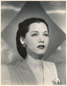 """Maria MONTEZ '30-40 (6 Juin 1912 -7 Septembre 1951)Fue una actriz de cine dominicana conocida como """"La Reina del Technicolor"""".Montez ganó fama y popularidad en la década de 1940 como una belleza exótica protagonizando una serie de películas de aventura filmadas en Technicolor. Su imagen en la pantalla fue de la típica seductora que usaba vestidos con trajes de fantasías y joyas brillantes.Montez murió a los 39 años de edad,el 7 de septiembre de 1951,aparentemente debido a un ataque al…"""