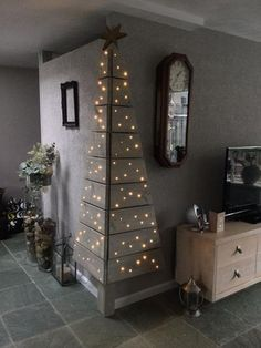 Christmas DIY: Corner Pallet Tree w Corner Pallet Tree with Lights.these are the BEST DIY Christmas Decorations Noel Christmas, Christmas Projects, All Things Christmas, Winter Christmas, Holiday Crafts, Christmas Lights, Holiday Decorations, Modern Christmas, Beautiful Christmas
