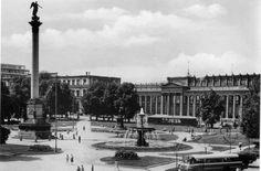Dieses Bild zeigt den Schlossplatz in den 1950er Jahren. Im Hintergrund ist noch die Ruine des Kronprinzenpalais zu sehen, die später unter Protest der Bürger abgerissen wurde. Auch der Königsbau ist noch beschädigt. Wo heute der Pavillon auf dem Schlossplatz steht, war damals noch ein Wartehäuschen für die Straßenbahn-Fahrgäste.  Foto: VZZZ-Chronist Martin Gerlach