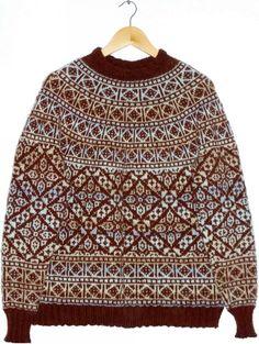 Diagonaler og firkanter. Mønsterstrikket sweater, der helt kan tage pusten fra en! Men den er nu ikke så vanskelig. Her i en blanding af uld og akryl på pinde 3½.