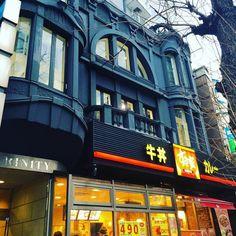 こんなビクトリアンなデザインにしたのに一階テナントがすき家とか同情を禁じえない Sukiya in the Victorian style #architecture