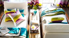 "IKEA Österreich, Inspiration, Textilien, KIVIK Récamieren mit Bezug ""Blekinge"" weiß, MALIN FIGUR Kissenbezüge, MALIN BAND Plaid,  MALIN Plaid, MALIN TRÅD Teppich"