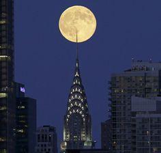 La superluna sobre el edificio Chrysler de Nueva York.