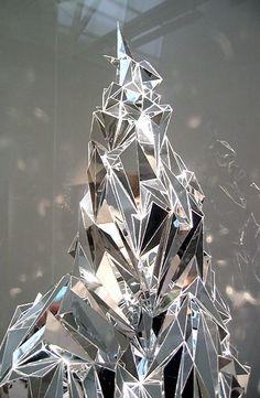 Justine Khamara 'je bent een glorieuze, desolate prospect' (detail) 2010 80 x 186 cm spiegel, perspex, plint