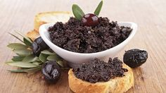 Tapenade é um patê que tem como base azeitonas pretas, alcaparras e sabores. Versátil, vai bem como entrada, em saladas, no macarrão, sanduíches. Aprenda: