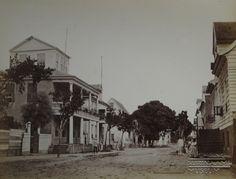 Straatbeeld van de Gravenstraat, de huidige Henck Arronstraat.  Datum: Locatie: Paramaribo, Suriname Vervaardiger: Inv. Nr.:  27-394 Fotoarchief Stichting Surinaams Museum
