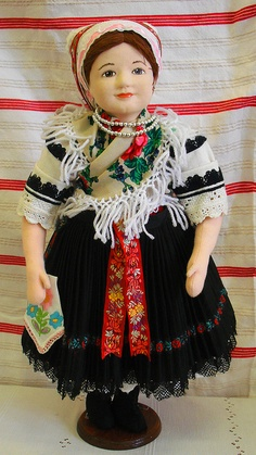 doll in hungarian folk costumes I collect antique dolls and dolls from other countries. Effanbee Dolls, Costumes Around The World, Hippy Chic, Hungarian Embroidery, Clothing Patterns, Clothing Ideas, Thinking Day, Doll Quilt, Estilo Boho