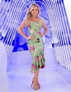 A apresentadora Eliana tem seus look bem procurados aqui no site. O vestido tomara que caia com saia, de babados, floral verde greenery, a cor do ano, foi combinado ao pink para criar...
