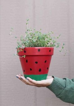 Find out how easy it is to bring some fun to your space with these DIY fruit planters. Fill the pots with flowers for the perfect gift! Flower Pot Art, Flower Pot Crafts, Clay Pot Crafts, Diy And Crafts, Painted Plant Pots, Painted Flower Pots, Decorated Flower Pots, Decoration Plante, Diy Planters