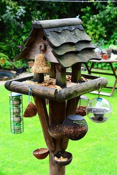 Great Find For Backyard Bird Lovers - LOVE this bird feeding station! What an awesome bird feeder set up in the backyard Best Bird Feeders, Bird House Feeder, Homemade Bird Feeders, Diy Bird Feeder, Wild Bird Feeders, Decorative Bird Houses, Bird Houses Diy, Homemade Bird Houses, Bird Tables
