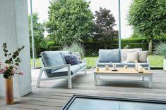 Deze sofa set Lago bestaat uit een 2-zits bank en twee prachtige loungestoelen. Beide worden geleverd met waterafstotende kussens en een salon tafel met teakhouten tafelblad. Als extra optie kan je nog een kleine salontafel erbij nemen. Deze staat op de foto in de hoek en heeft een afmeting van 76 x 76 cm. Meerprijs: 225,00 euro