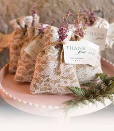 Bolsitas de lino con detalle de encaje para regalar a los invitados