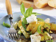Zucchini in Marinade mit Schafskäse und Orangen - smarter - Zeit: 20 Min. | eatsmarter.de