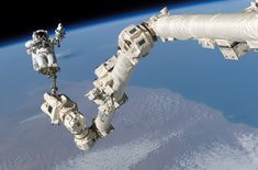 STS-114_Steve_Robinson_on_Canadarm2.jpg (3032×2000)