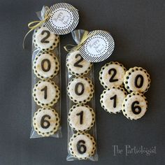 New Year's Cookies! - Ka Miez Ⓥ - New Year's Cookies! The Partiologist: New Year's Cookies! New Years Eve Dessert, New Years Eve Party Ideas Food, Royal Icing Cookies, Sugar Cookies, Dessert Nouvel An, Fondant Numbers, Paletas Chocolate, Number Cookie Cutters, New Year's Cupcakes