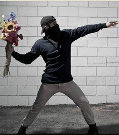 Un hombre lanzando flores en lugar de una bomba incendiaria. Foto:/Nick Stern/BBC Mundo