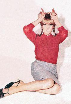 Pattie Boyd-Harrison (in a cute photo) 1960s Fashion, Vintage Fashion, Wonderful Tonight, Pattie Boyd, Fashion Photography Inspiration, Lucky Girl, Wife And Girlfriend, Eric Clapton, Cute Bunny