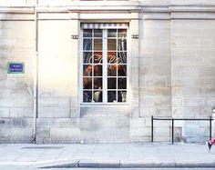 Allée des Roses in Paris  Cette photo de Paris à travers mes yeux est une de mes photos préférées pour son histoire. Si vous regardez attentivement vous pourrez imaginer une ou plusieurs histoires mais ici ce sera la plus triste d'entre elles... C'est aussi pour cela que c'est une de mes photos préférées car cette scène est belle mais en réalité terriblement triste... Mais c'est aussi ça Paris et j'espère qu'un jour ce fléau disparaîtra je le souhaite de tout mon cœur à Paris en France mais…