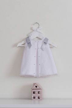 Vestido blanco y gris para bebé de Dolce Petit 851cac78f2cd