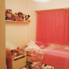 Cortinas divinas!!! Estante de melamina para juguetes! Toddler Bed, Furniture, Home Decor, Blinds, Interior Design, Toys, Trends, Child Bed