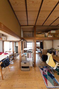 ふすまや押し入れなどすべて取り払い大空間に。床は2×4材を敷きつめた。