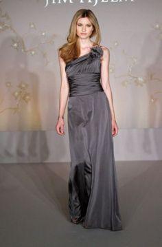 Vestido de Madrina 2011 con escote asimetrico en color gris.