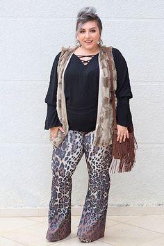 7495f53825 Veja como montar um look fashion para o outono com colete de pelo plus size  e calça flare de animal print. E descubra onde comprar essas peças lindas.