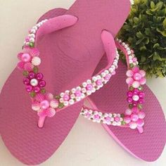 Lindas havaianas customizadas Beaded Beads, Beaded Shoes, Beaded Jewelry Patterns, Felt Crafts, Diy And Crafts, Flip Flop Craft, Pearl Crafts, Crochet Bedspread Pattern, Decorating Flip Flops