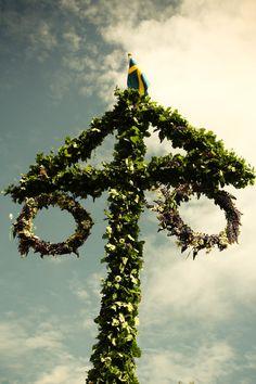 Midsommar in SwedenIn Zweden wordt midzomeravond of kortweg midzomer (midsommarafton of midsommar) gevierd op de vrijdag die in de periode van 19 juni tot 25 juni valt. Het is samen met Kerstmis het belangrijkste feest van het jaar. Het is een waar familiefeest. Het is traditie dat er een meiboom (majstång of midsommarstång in het Zweeds) wordt geplant. Jonge meisjes plukken bloemen om ze onder hun hoofdkussen. Huizen versieren met groen.