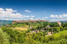 Wij maakten een prachtige autoroute van Orvieto, langs het meer van Bolsena, Pitigliano, Citta del Tufa naar het Etruskische eiland Argentario. De route betreedt het gebied van een mysterieuze oude…