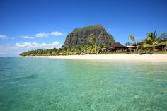 """Das """"LUX Le Morne"""" liegt zu Füßen des Wahrzeichen Mauritius, dem Le Morne Brabant. Es besticht durch schöne Architektur, freundlichen Service und lockere Atmosphäre.  http://www.ewtc.de/Mauritius/Westkueste/Hotel/LUX-Le-Morne.html"""