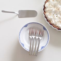 Easter cake setting by BoligGlad. Kay Bojesen Grand Prix cutlery/flatware - cake forks and cake server. Danish Interior Design, Danish Design, Easter Cake, Forks, Flatware, Grand Prix, Interiors, Eat, Tableware