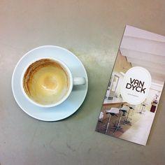 (Empty) Flat White. Van Dyck Kaffee Köln.