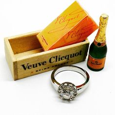 6 bottles of wine in a wooden box .Wine and cheese on a wooden board. Miniature Houses, Miniature Food, Diy Dollhouse, Dollhouse Miniatures, Tiny Furniture, Olive Oil Bottles, Miniature Bottles, Veuve Clicquot, Wooden Boxes