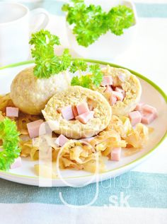 Fit plnené guľky s mäsom a dusenou kapustou Meat Recipes, Meat Meals, Guacamole, Pasta Salad, Health Fitness, Ethnic Recipes, Food, Basket, Crab Pasta Salad
