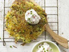 Gemüse-Rösti mit Zucchini und Tomatenquark | Kalorien: 180 Kcal - Zeit: 25 Min. | http://eatsmarter.de/rezepte/gemuese-roesti