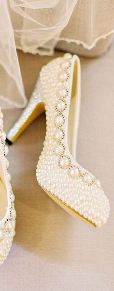 ♥✤ would't these make you complete your head to toes look of pearls!  would this be gaudy because the things i love end up not complementing each other! #weddingshoes Pretty Shoes, Beautiful Shoes, Cute Shoes, Me Too Shoes, Beautiful Beautiful, Bridal Shoes, Wedding Shoes, Wedding Veils, Wedding Hair