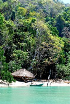 Turquoise river: Crossing the river by boat in Kondamaloba bay is a pleasant experience.