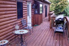 Cabin in Stroudsburg, United States. Great pocono location with games room, run by Skilled professional snowsports instructors. Your own apartment with minutes to Camelback, pool table, video screen, sleeps up to 5, cheap price so bring your sleeping bag.  Its a place for snow sports...
