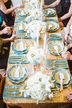 Una preciosa mesa para una fiesta dorada / A lovely table for a gold party Blue Wedding, Wedding Table, Wedding Reception, Wedding Colours, Party Wedding, Sequin Tablecloth, Tablecloths, New Year's Eve Celebrations, Beautiful Table Settings
