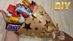 Candy Bar Bouquet, Bouquet Wrap, Diy Bouquet, Birthday Presents For Friends, Valentines Gifts For Her, Candy Gift Baskets, Candy Gifts, Chocolate Flowers Bouquet, Cadeau Surprise