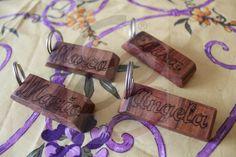 Portachiavi in legno di ulivo con nomi incisi a mano